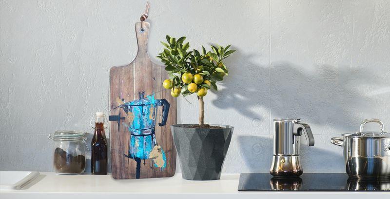 Cafetera Monix azul sobre madera tratada y envejecida en una cocina elegante