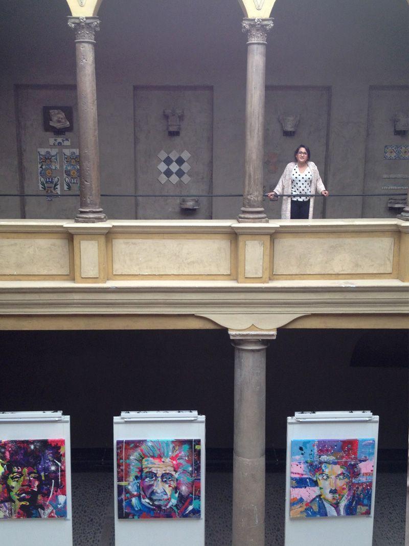 pilarchoart en su exposición de uned con sus cuadros