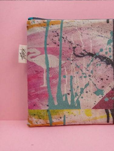 detalle de etiqueta de un lienzo hecho bolso de la colección wildrose