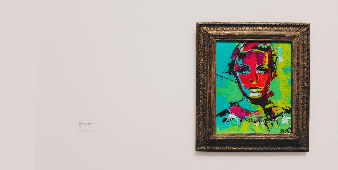 lienzo con marco de twiggy colgado en la pared de pilarcho art