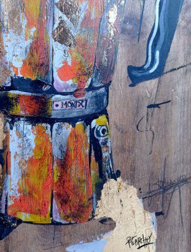 detalle de Cafetera Monix naranja sobre madera tratada y envejecida
