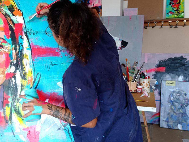 pilarcho art pintando un lienzo en el taller, foto en color