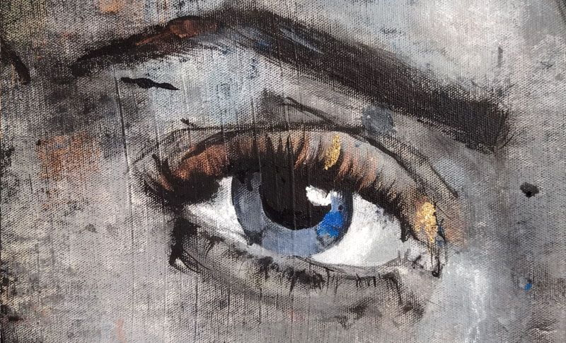 ojo azul con mirada penetrante
