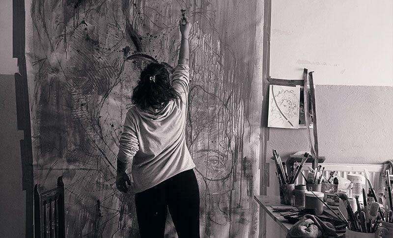 pilarchoart pintando obra de 2 metros-fotografía en blanco y negro.